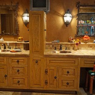 Diseño de cuarto de baño principal, rural, grande, con lavabo bajoencimera, armarios con paneles con relieve, puertas de armario de madera oscura, encimera de azulejos, baldosas y/o azulejos multicolor, baldosas y/o azulejos de piedra, paredes marrones y suelo de baldosas de cerámica