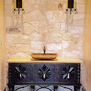 Foto di un'ampia stanza da bagno con doccia mediterranea con consolle stile comò, ante in legno bruno, piastrelle grigie, lastra di pietra, lavabo a consolle e top alla veneziana