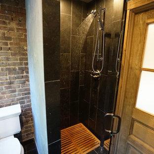 Idee per una piccola stanza da bagno con doccia bohémian con doccia ad angolo, WC monopezzo, piastrelle nere, piastrelle in gres porcellanato, pareti grigie e pavimento in gres porcellanato