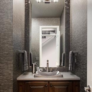 カンザスシティの小さいトランジショナルスタイルのおしゃれな浴室 (濃色木目調キャビネット、クオーツストーンの洗面台、グレーの壁、ベッセル式洗面器、レイズドパネル扉のキャビネット、グレーのタイル、メタルタイル) の写真