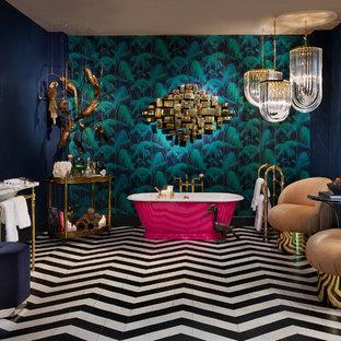 Eklektisches Badezimmer mit freistehender Badewanne, blauer Wandfarbe, Waschtischkonsole und schwarzem Boden in London