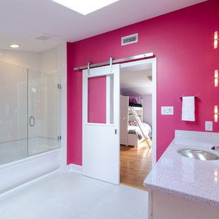Imagen de cuarto de baño contemporáneo con lavabo bajoencimera, encimera de cuarzo compacto, bañera empotrada, combinación de ducha y bañera, baldosas y/o azulejos blancos y paredes rosas