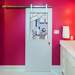 Esempio di una stanza da bagno design con lavabo sottopiano, ante con riquadro incassato e ante bianche