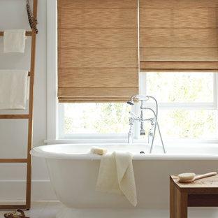 Immagine di una stanza da bagno padronale costiera di medie dimensioni con vasca freestanding, pareti bianche, pavimento in gres porcellanato, pavimento beige e vasca/doccia