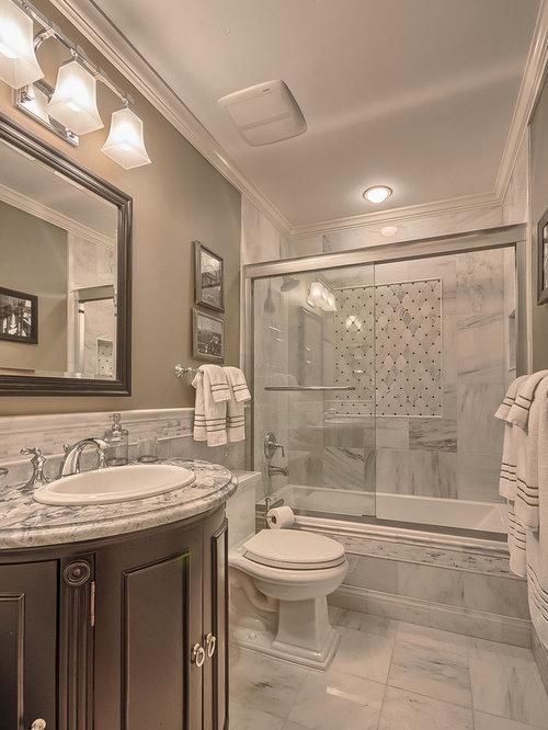 Bagno con piastrelle in pietra e pareti verdi foto idee for Piastrelle bianche marmo