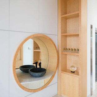 Immagine di una stanza da bagno etnica con nessun'anta, ante in legno chiaro, pareti bianche, lavabo a bacinella e pavimento beige