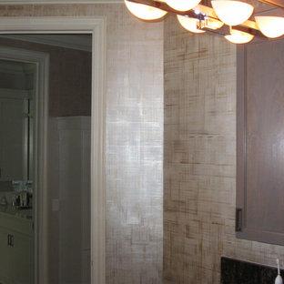 Ispirazione per una grande stanza da bagno padronale minimalista con ante con riquadro incassato, ante grigie, top in onice, pareti beige, lavabo rettangolare, doccia aperta, WC monopezzo, piastrelle beige, piastrelle in pietra e pavimento in marmo