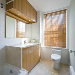 Esempio di una stanza da bagno padronale con lavabo integrato, ante lisce, ante in legno scuro, top in vetro, vasca giapponese, bidè, piastrelle bianche, piastrelle di vetro, pareti bianche e pavimento con piastrelle in ceramica