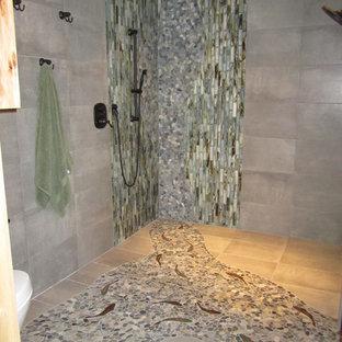 Diseño de cuarto de baño con ducha, rural, de tamaño medio, con ducha abierta, paredes grises, suelo de baldosas tipo guijarro, armarios con paneles lisos, puertas de armario de madera clara, baldosas y/o azulejos verdes, baldosas y/o azulejos de cemento, lavabo encastrado y encimera de mármol