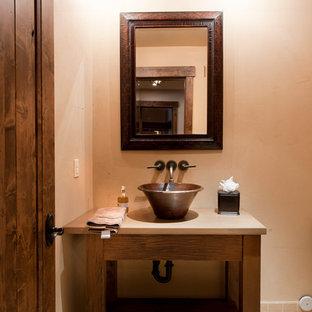 Rustik inredning av ett badrum, med ett fristående handfat och tegelgolv
