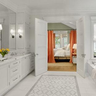 Idéer för ett klassiskt vit en-suite badrum, med luckor med infälld panel, vita skåp, ett undermonterat badkar, vita väggar, ett undermonterad handfat och vitt golv