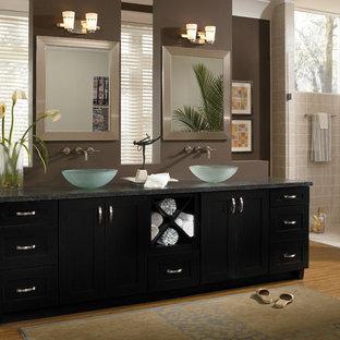 Esempio di una grande stanza da bagno padronale etnica con lavabo a bacinella, ante in stile shaker, ante nere, doccia alcova, pareti marroni e pavimento in bambù