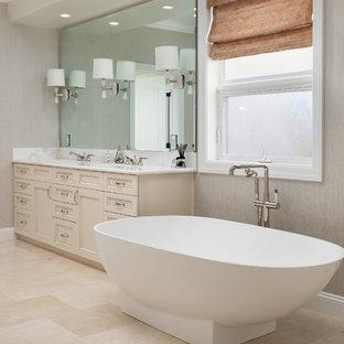 Idéer för ett klassiskt vit en-suite badrum, med luckor med infälld panel, vita skåp, ett fristående badkar, en dusch i en alkov, ett undermonterad handfat, beiget golv och dusch med gångjärnsdörr