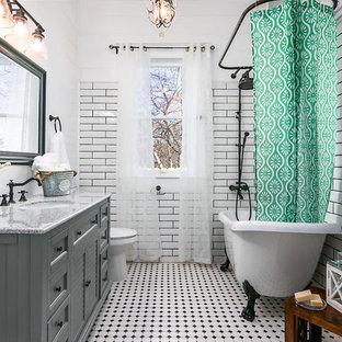 Idéer för lantliga grått badrum med dusch, med luckor med lamellpanel, grå skåp, ett badkar med tassar, en dusch/badkar-kombination, vit kakel, tunnelbanekakel, vita väggar, ett undermonterad handfat, flerfärgat golv och dusch med duschdraperi