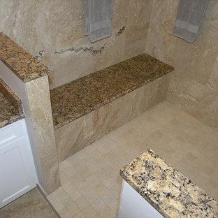 Inspiration för mellanstora klassiska en-suite badrum, med skåp i shakerstil, vita skåp, ett badkar i en alkov, en dusch i en alkov, en toalettstol med hel cisternkåpa, beige kakel, beige väggar, ett undermonterad handfat, granitbänkskiva, beiget golv, travertinkakel, travertin golv och med dusch som är öppen