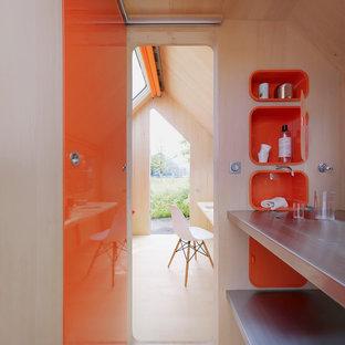 На фото: ванная комната в стиле модернизм с открытыми фасадами, оранжевыми фасадами и столешницей из нержавеющей стали с