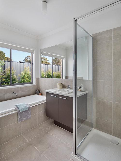Salle de bain avec des portes de placard marrons et un mur beige photos et - Prix d une baignoire avec porte ...