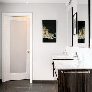 Esempio di una stanza da bagno country con lavabo integrato, ante lisce e piastrelle grigie