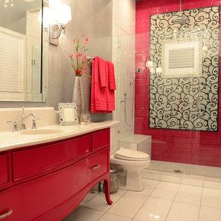 Ispirazione per una grande stanza da bagno per bambini contemporanea con consolle stile comò, ante rosse, doccia a filo pavimento, WC monopezzo, piastrelle rosa, pareti grigie, pavimento con piastrelle in ceramica, lavabo da incasso e top in quarzo composito