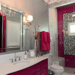 Idee per una grande stanza da bagno per bambini contemporanea con consolle stile comò, ante rosse, doccia a filo pavimento, WC monopezzo, piastrelle rosa, pareti grigie, pavimento con piastrelle in ceramica, lavabo da incasso e top in quarzo composito