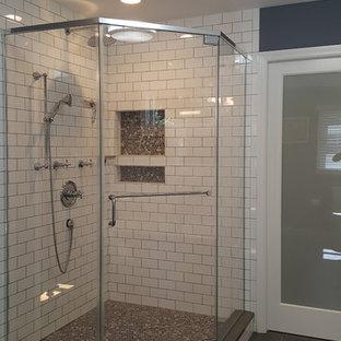 Modelo de cuarto de baño principal, campestre, grande, con bañera exenta, ducha esquinera, baldosas y/o azulejos blancos, baldosas y/o azulejos de cemento, paredes grises, suelo de pizarra, suelo gris y ducha con puerta con bisagras
