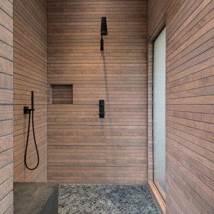 Inspiration för mellanstora moderna brunt en-suite badrum, med en dusch/badkar-kombination, brun kakel, bruna väggar, kalkstensgolv och grått golv