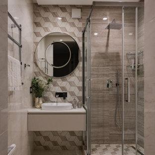 Стильный дизайн: ванная комната среднего размера в современном стиле с плоскими фасадами, серыми фасадами, угловым душем, серой плиткой, галечной плиткой, полом из керамогранита, душевой кабиной, настольной раковиной, бежевым полом, душем с распашными дверями и белой столешницей - последний тренд