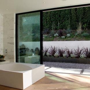 Example of a minimalist freestanding bathtub design in Los Angeles