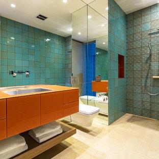 Idee per una grande stanza da bagno padronale design con ante arancioni, vasca sottopiano, doccia aperta, WC sospeso, piastrelle verdi, pareti verdi, lavabo sottopiano, ante lisce e doccia aperta