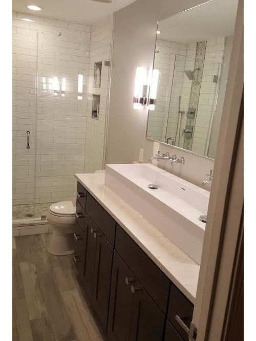 badezimmer mit kalkstein waschbecken waschtisch und hellem holzboden design ideen beispiele. Black Bedroom Furniture Sets. Home Design Ideas