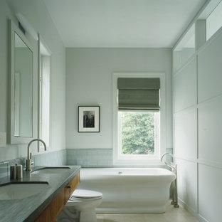 Idee per una stanza da bagno padronale vittoriana con vasca freestanding, lavabo sottopiano, ante lisce, ante in legno scuro, WC a due pezzi, piastrelle grigie, piastrelle diamantate, pareti grigie, pavimento in gres porcellanato e pavimento grigio