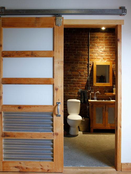 salle de bain avec un placard à porte vitrée : photos et idées