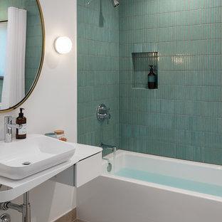 Esempio di una stanza da bagno design con vasca ad alcova, vasca/doccia, piastrelle blu, piastrelle verdi, piastrelle a mosaico, pareti bianche, lavabo a bacinella, pavimento beige e top bianco
