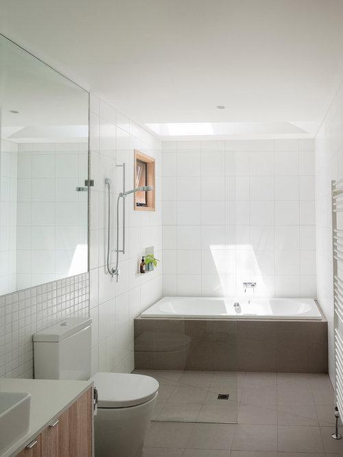 salle de bain avec une baignoire en alc ve et un placard. Black Bedroom Furniture Sets. Home Design Ideas