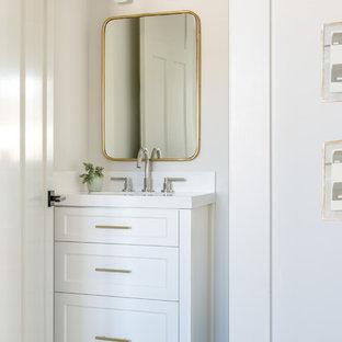 Kleines Landhausstil Badezimmer mit Schrankfronten mit vertiefter Füllung, weißen Schränken, weißer Wandfarbe, Unterbauwaschbecken, weißem Boden und weißer Waschtischplatte in San Francisco