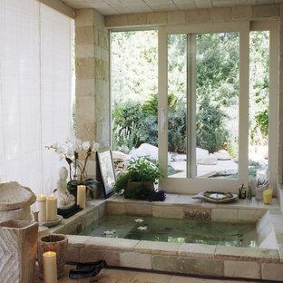 Стильный дизайн: главная ванная комната среднего размера в восточном стиле с гидромассажной ванной, открытым душем, разноцветной плиткой, каменной плиткой, разноцветными стенами и полом из известняка - последний тренд