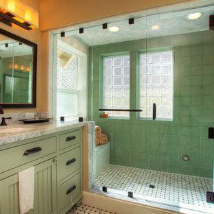 Immagine di una stanza da bagno stile americano con lavabo sottopiano, ante lisce, ante verdi, doccia alcova, piastrelle verdi, pavimento multicolore, top grigio e panca da doccia