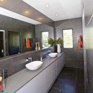 Cette Image Montre Une Salle De Bain Principale Minimaliste De Taille  Moyenne Avec Une Vasque,