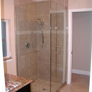 Diseño de cuarto de baño con ducha, moderno, de tamaño medio, con puertas de armario negras, ducha esquinera, baldosas y/o azulejos beige, baldosas y/o azulejos de porcelana, paredes beige, suelo de baldosas de porcelana y encimera de granito