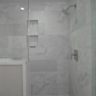 Inredning av ett klassiskt stort vit vitt en-suite badrum, med luckor med profilerade fronter, vita skåp, ett fristående badkar, en hörndusch, beige väggar, klinkergolv i porslin, ett undermonterad handfat, bänkskiva i akrylsten, brunt golv och dusch med gångjärnsdörr