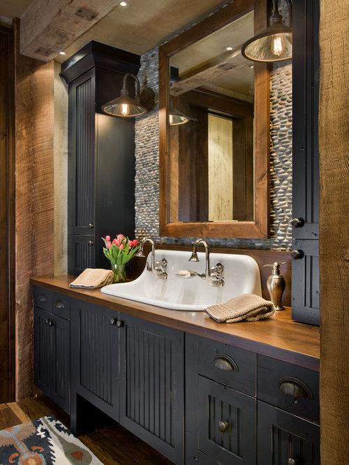 Rustikales Badezimmer Mit Blauen Schränken, Trogwaschbecken, Waschtisch Aus  Holz Und Brauner Waschtischplatte In Sonstige