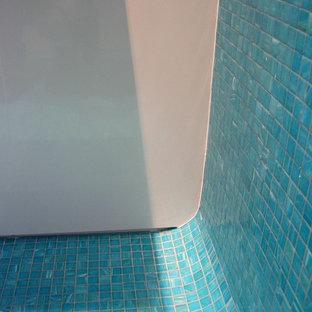 Пример оригинального дизайна: главная ванная комната среднего размера в современном стиле с подвесной раковиной, плоскими фасадами, столешницей из ламината, открытым душем, инсталляцией, зеленой плиткой, плиткой мозаикой, бежевыми стенами и полом из керамогранита