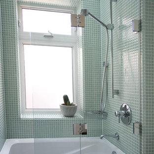 Ispirazione per una stanza da bagno con doccia classica di medie dimensioni con piastrelle di vetro, vasca/doccia, vasca ad alcova, piastrelle verdi, pareti verdi e porta doccia a battente