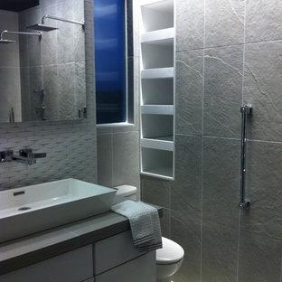 Ispirazione per una piccola stanza da bagno padronale minimal con lavabo a bacinella, ante lisce, ante bianche, top piastrellato, doccia aperta, WC a due pezzi, piastrelle grigie, piastrelle in gres porcellanato, pareti bianche e pavimento in gres porcellanato