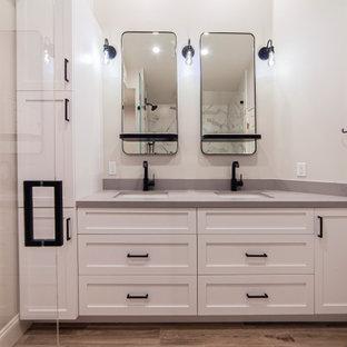 На фото: главная ванная комната среднего размера в стиле модернизм с фасадами в стиле шейкер, белыми фасадами, душем в нише, унитазом-моноблоком, серыми стенами, полом из плитки под дерево, врезной раковиной, столешницей из искусственного кварца, коричневым полом, душем с распашными дверями, серой столешницей, сиденьем для душа, тумбой под две раковины и встроенной тумбой