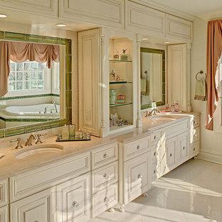 Foto di un'ampia stanza da bagno padronale tradizionale con lavabo sottopiano, ante con bugna sagomata, ante beige, top in onice, vasca ad angolo, doccia alcova, WC monopezzo, piastrelle beige, piastrelle in gres porcellanato, pareti beige e pavimento in gres porcellanato
