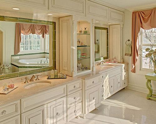 Salle de bain avec une baignoire d 39 angle et des portes de - Placard d angle salle de bain ...