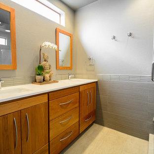 Foto de cuarto de baño principal, asiático, grande, con armarios con paneles lisos, puertas de armario de madera oscura, ducha esquinera, baldosas y/o azulejos beige, baldosas y/o azulejos de porcelana, paredes grises, suelo de baldosas de porcelana, lavabo bajoencimera, encimera de cuarcita y sanitario de dos piezas