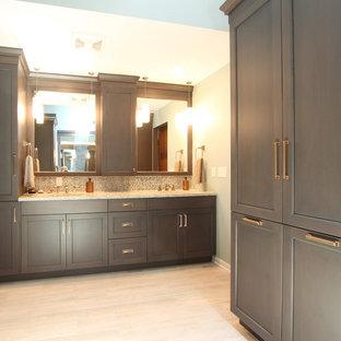 Idéer för stora vintage beige en-suite badrum, med luckor med infälld panel, grå skåp, en dusch i en alkov, en toalettstol med separat cisternkåpa, flerfärgad kakel, glasskiva, grå väggar, kalkstensgolv, ett undermonterad handfat, bänkskiva i kvarts, grått golv och dusch med gångjärnsdörr