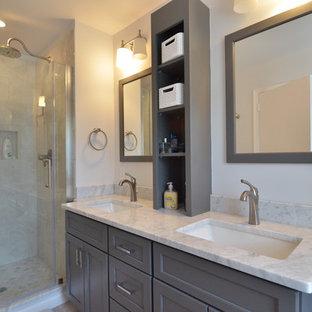 Ispirazione per una stanza da bagno padronale tradizionale di medie dimensioni con lavabo sottopiano, ante in stile shaker, ante grigie, top in marmo, doccia alcova, WC a due pezzi, piastrelle grigie, piastrelle in ceramica, pareti bianche e pavimento con piastrelle in ceramica